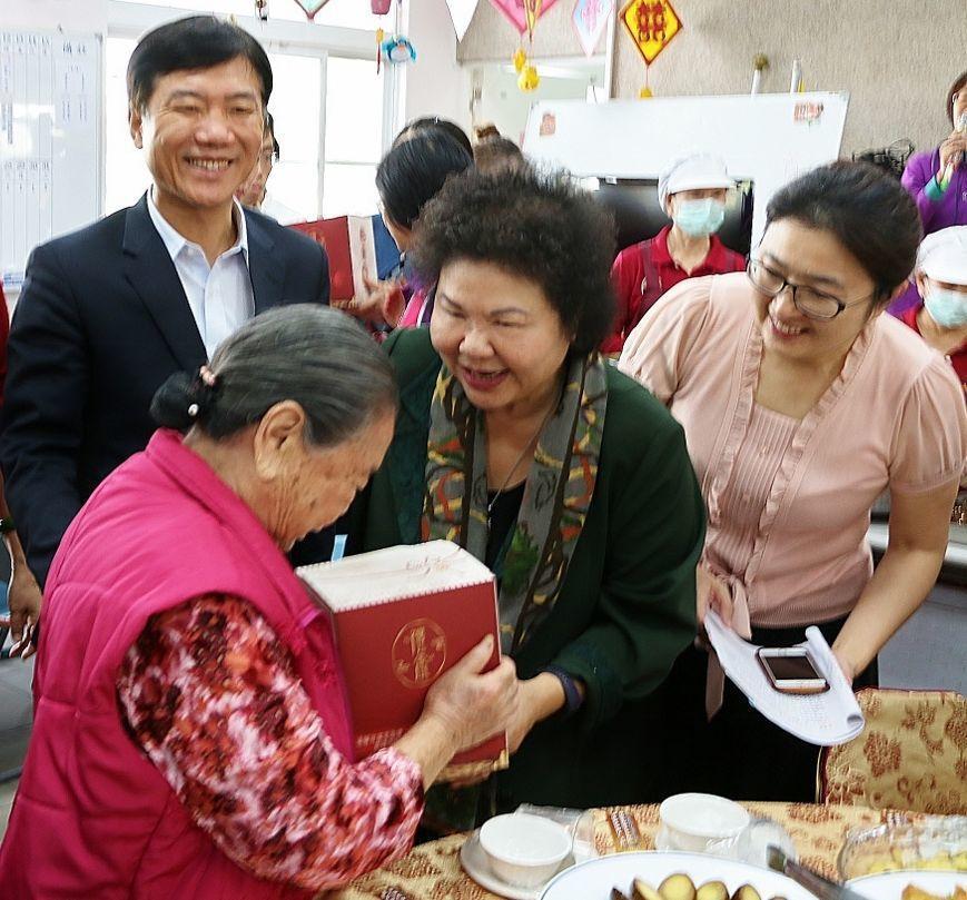 高雄市長陳菊(右二)為獨居老人送第一份年菜。圖/高雄市社會局提供