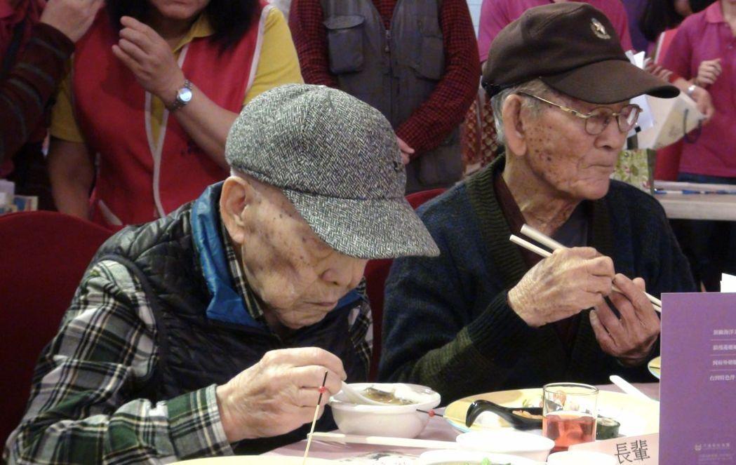 九旬獨居老人受高雄市社會局之邀,出席今年的銀髮長輩圍爐。記者楊濡嘉/攝影