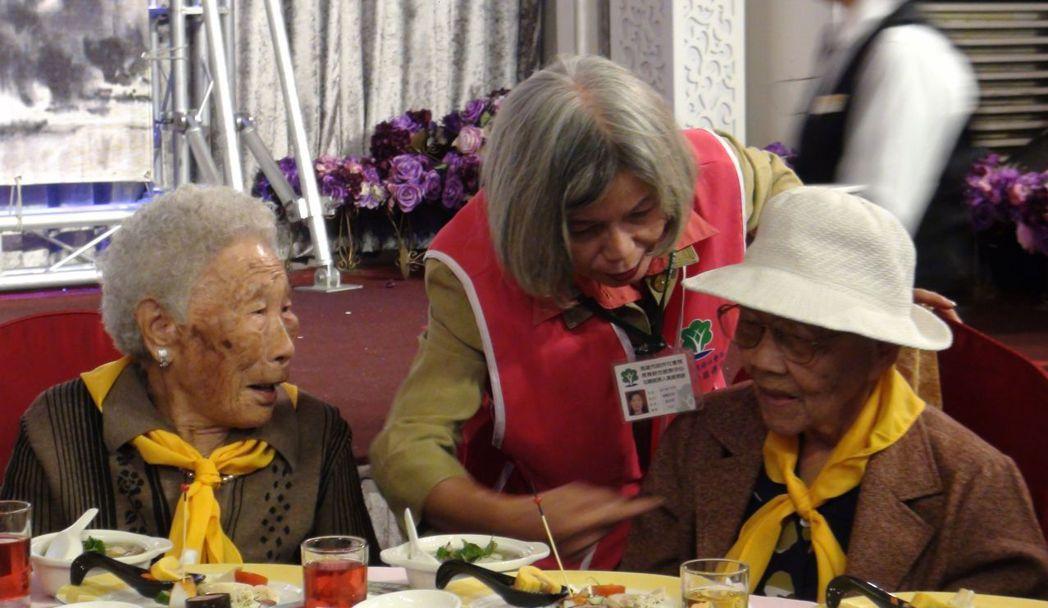 高雄市社會局邀身體硬朗的獨居老人圍爐。記者楊濡嘉/攝影