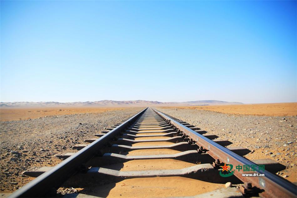 看不到盡頭的戈壁鐵路。(中國軍網)