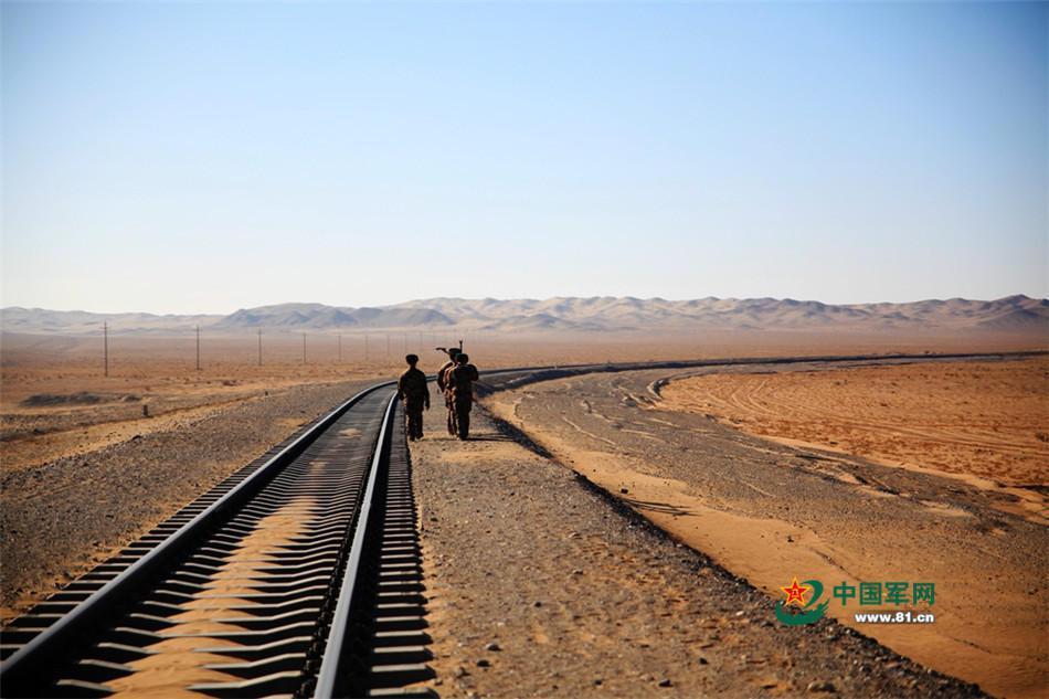 巡線官兵執行鐵路維護保養任務。(中國軍網)