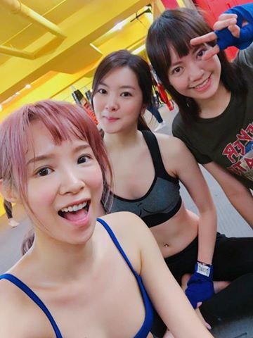 茵茵(左)在主持尾牙前不忘積極運動。圖/取自於臉書