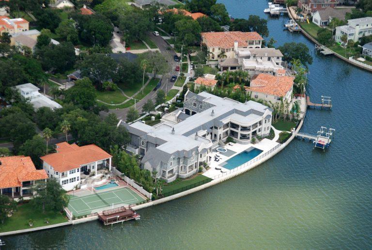基特豪宅中除了有兩個車庫外,還有兩座小艇碼頭。圖/取自luxatic.com