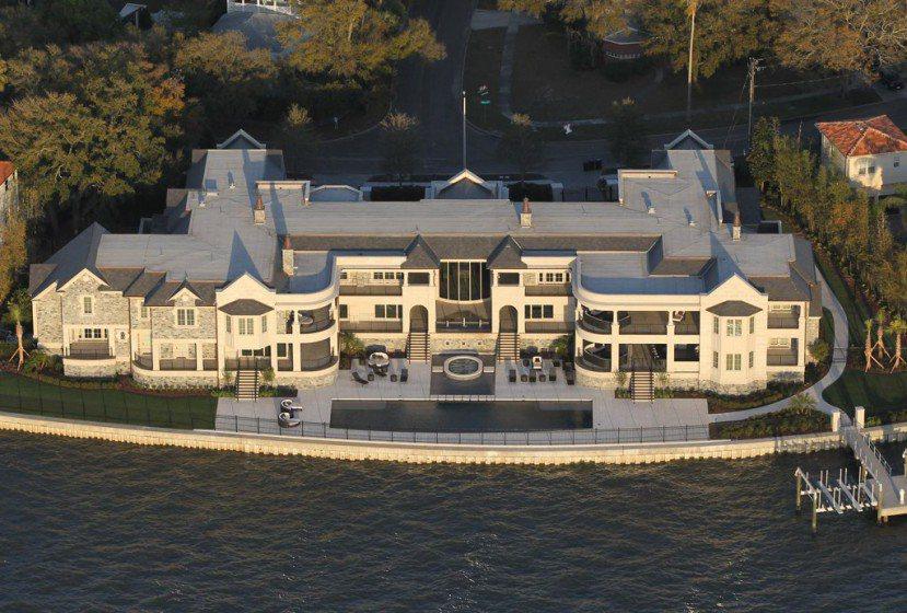 基特豪宅傍水而建,佔地超過2800平方公尺。圖/取自luxatic.com