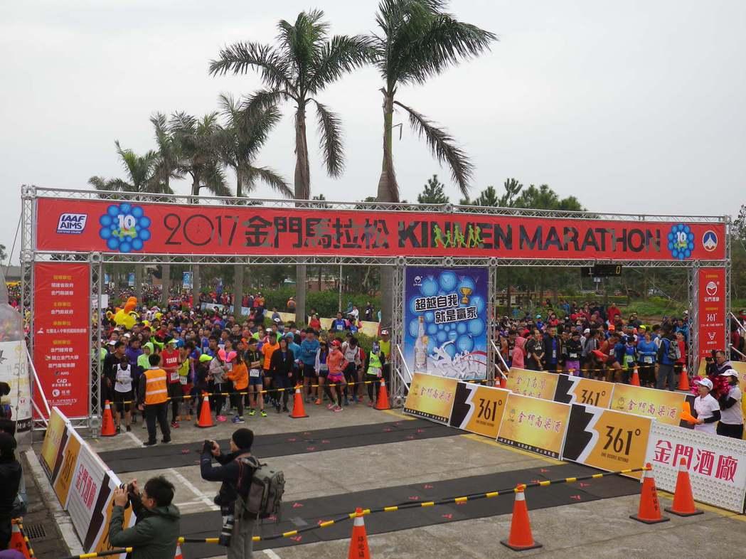 金門馬拉松休閒組上午開跑,計有1.7萬人參與。記者王樹衡/攝影