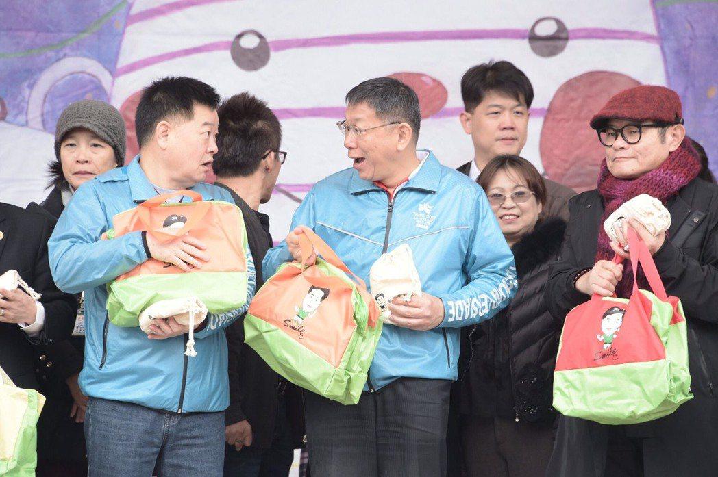對於未來2年任期的最大展望,台北市長柯文哲(中)說,這一路跌跌撞撞有很多可以改進...