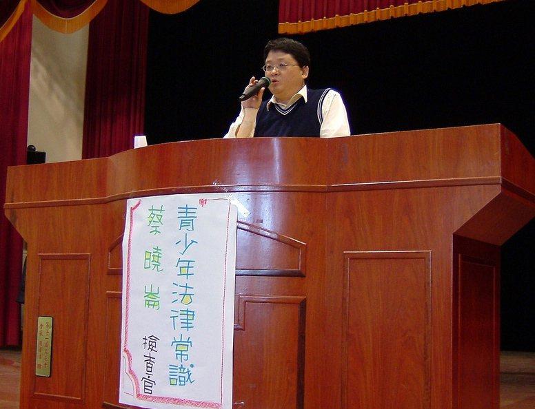 彰化地檢署檢察官蔡曉崙曾受邀到學校進行法律常識演講。圖片來源/取自東勢國中網站
