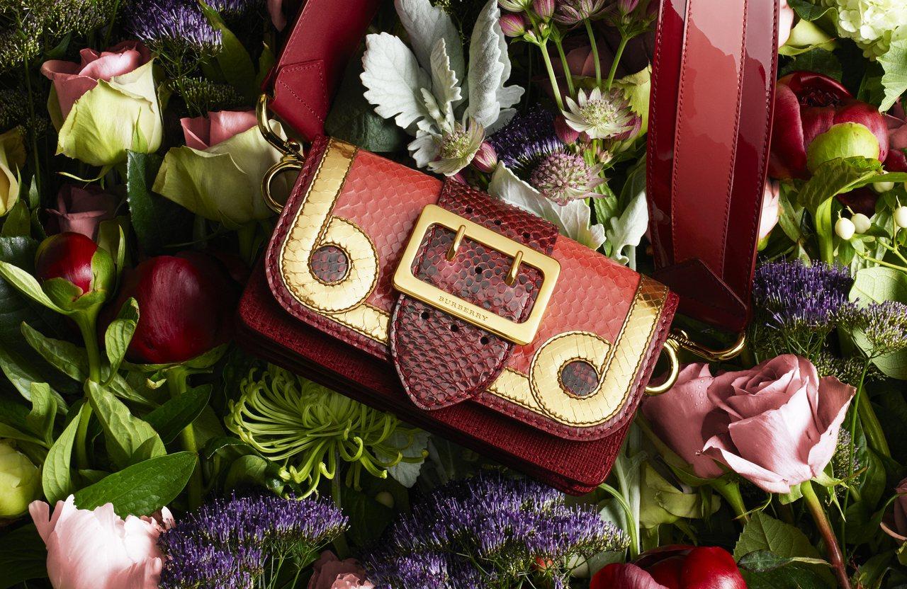 红色与金色的奢华适合做为年节礼品。图/BURBERRY提供
