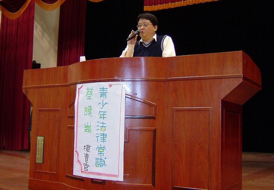 彰化地檢署檢察官蔡曉崙,曾在國中進行法律講座。圖/取自東勢國中網站