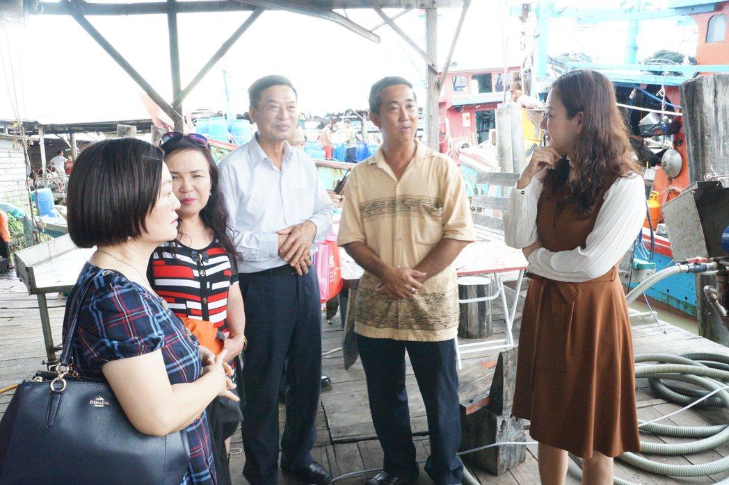 適耕庄當地漁會理事長謝添僖(右2)介紹漁港設施。圖/桃園市客家事務局提供