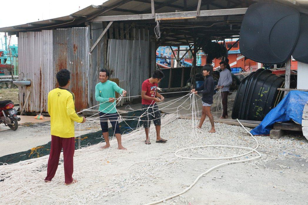 適耕庄當地漁民仍自編漁網。圖/桃園市客家事務局提供