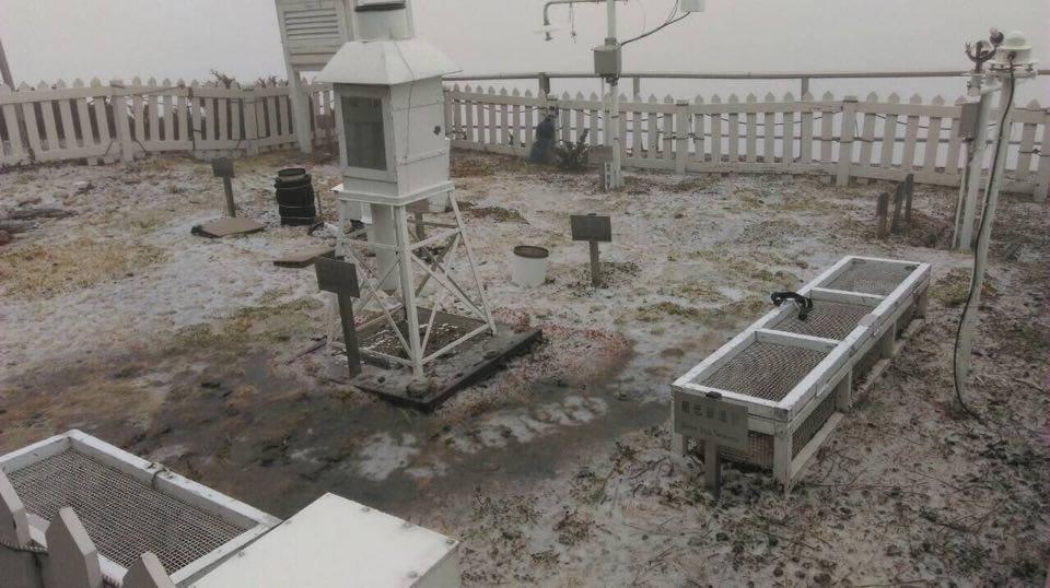 去年玉山初雪在去年1月3日報到,創下8年來最遲,但今年因暖冬關係又晚了。圖/本報...