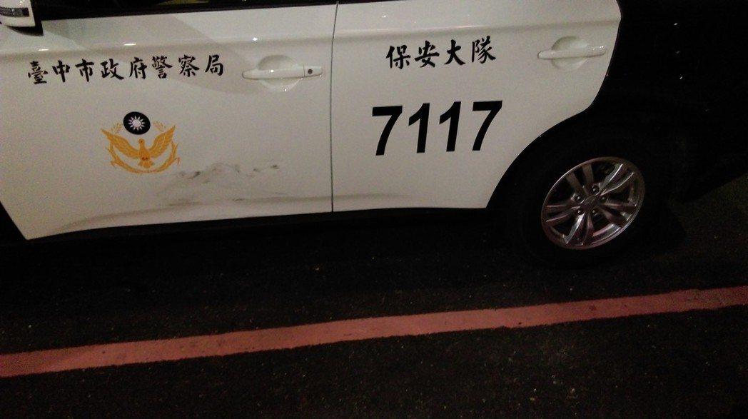 張男駕駛租賃的賓士車購買k他命,警方查緝時因他開車衝撞警車,警車車門毀損。記者陳...