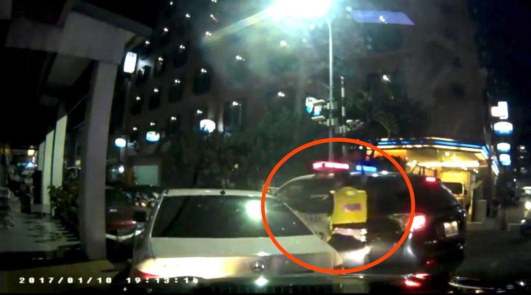 張男駕駛租賃的賓士車購買k他命,警方查緝時因他開車衝撞警車,員警將車窗打破。記者...