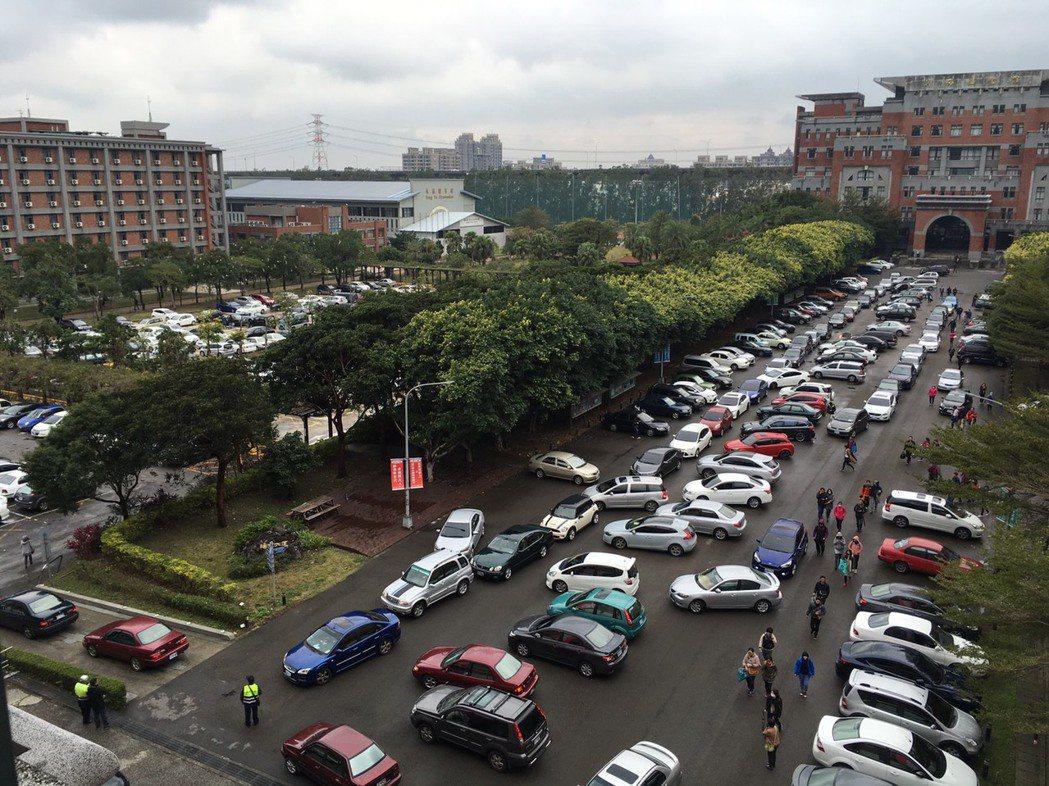 六千名考生湧入開南大學應考桃園機場捷運人員第一階段筆試。記者許政榆/攝影