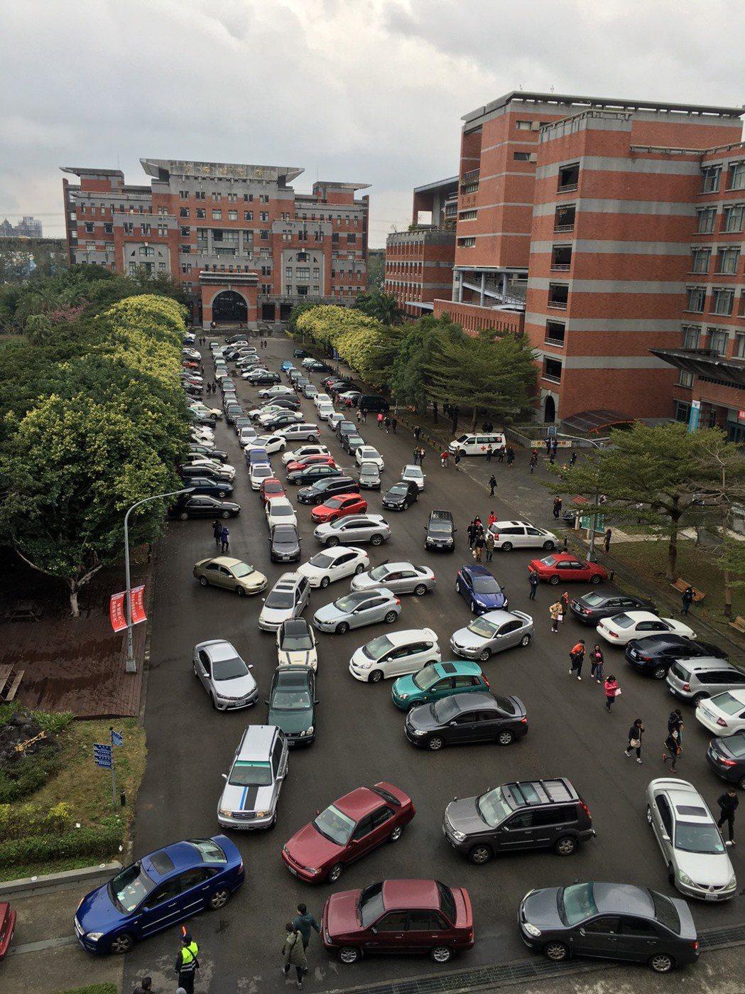 開南大學圖書館前陽光大道原為人行道、今特地開放給考生停車。記者許政榆/攝影