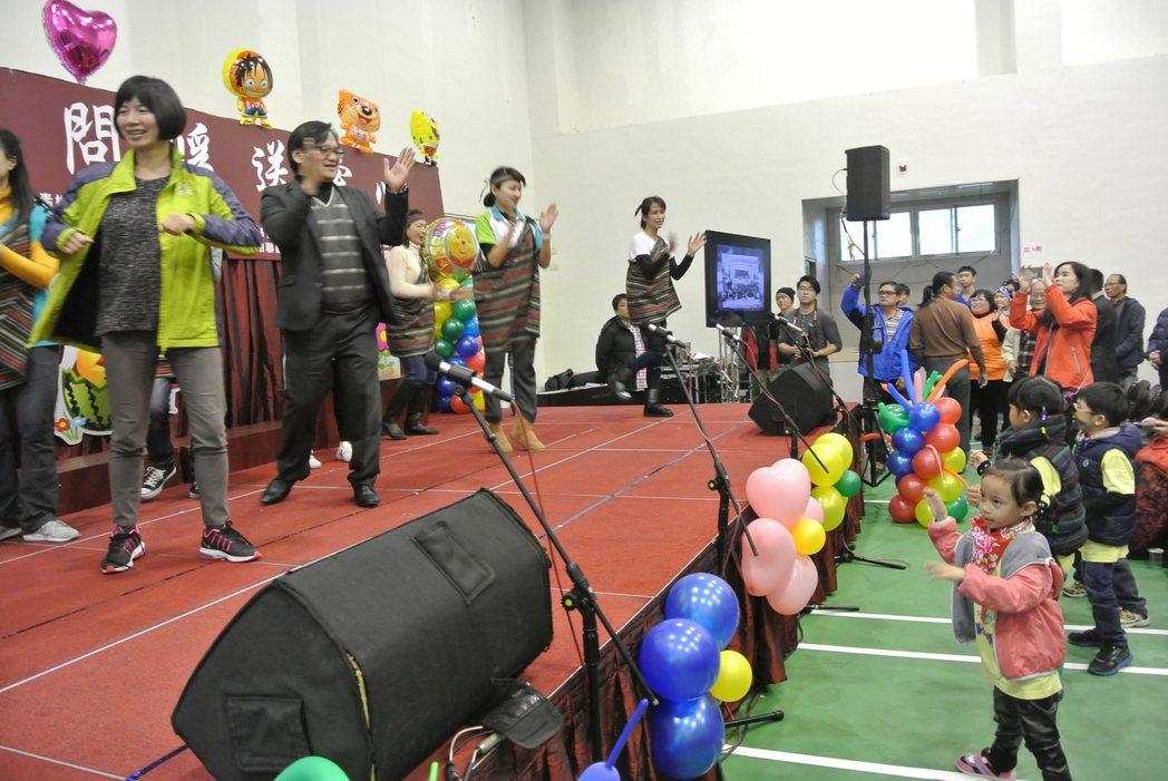 台中市副市長林依瑩(左一)與博愛國小校長古金益(左二)上台跳原民舞,台下孩子也跟...