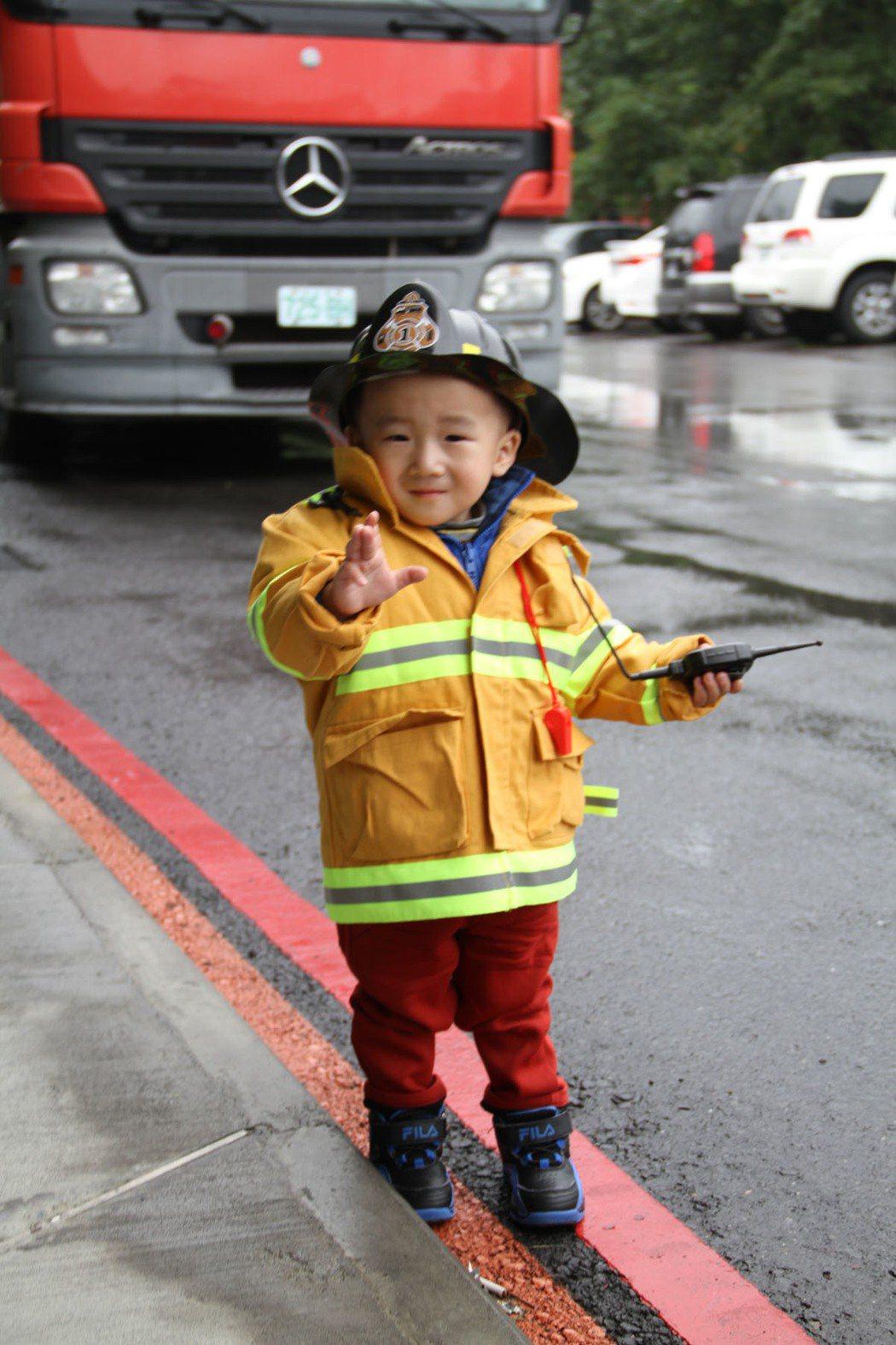 宜蘭消防局消防體驗,才兩歲的黃小弟弟全身裝備,堪稱最萌的打火兄弟。記者羅建旺/攝...