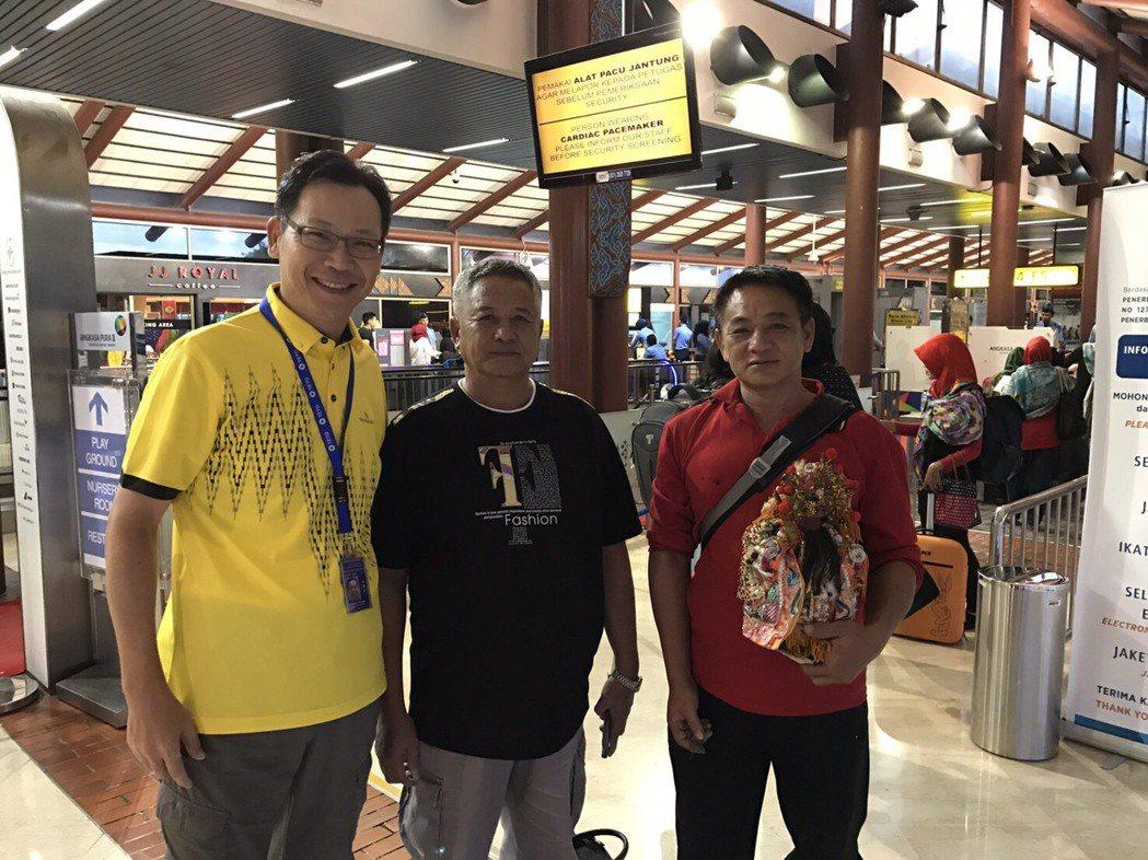 在印尼被留置3個多月「日連財16號」船長蔡雲明(中)、輪機長蔡雲忠(右),今天凌...