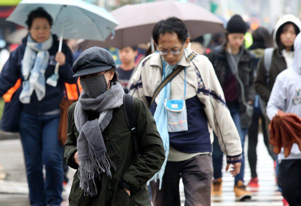 寒冷又下雨,今天創入冬以來最低溫,民眾上街全副武裝,口罩、帽子、冬大衣紛紛出籠,...