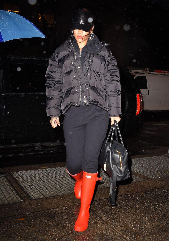 蕾哈娜示範Hunter紅雨靴的時尚魅力。圖/Hunter提供