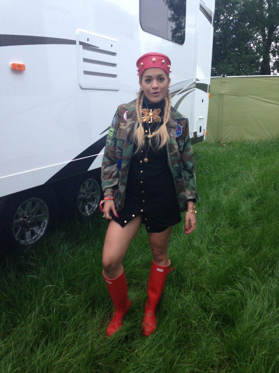 Rita Ora示範Hunter紅雨靴的時尚魅力。圖/Hunter提供