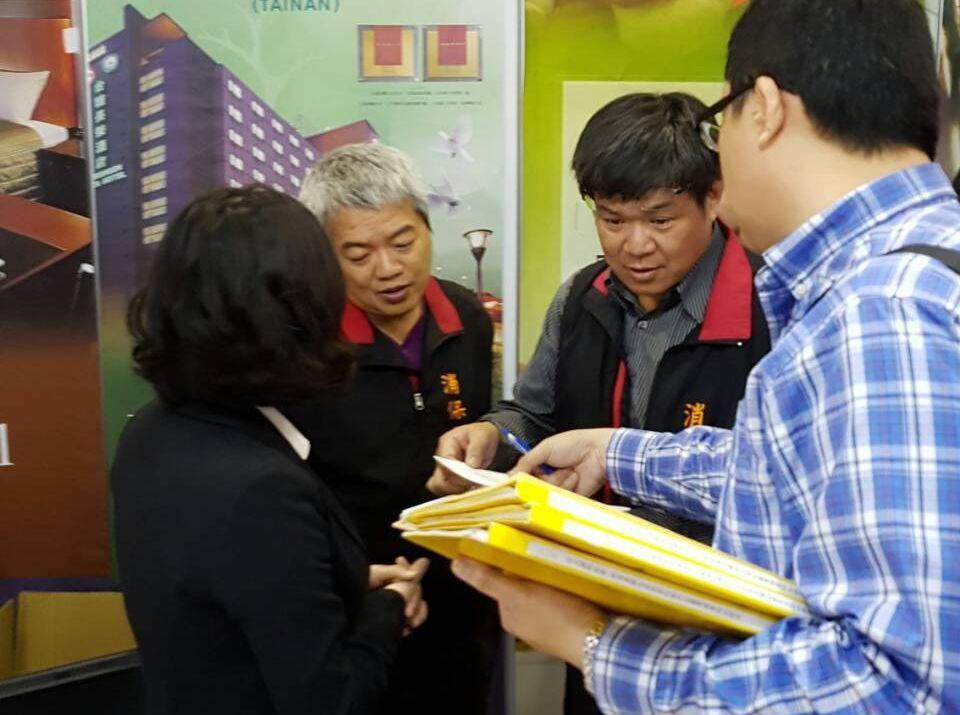 台中市消保官跨縣市到台南旅展,現場協助禮券健檢,為消費者權益把關。圖/台中市法制...