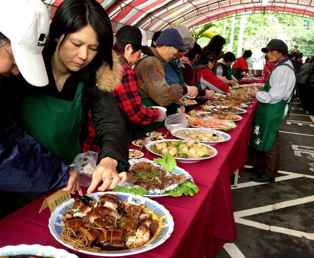 新竹市「眷村年菜好味道」品嘗會,蔡色豐富。記者李青霖/攝影