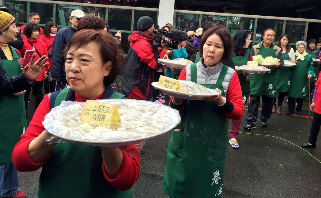 新竹市「眷村年菜好味道」品嘗活動上菜秀。記者李青霖/攝影