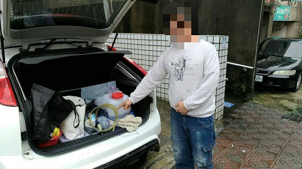 林男缺錢買汽油,異想天開把路邊的車當自己的加油站。記者林孟潔/翻攝