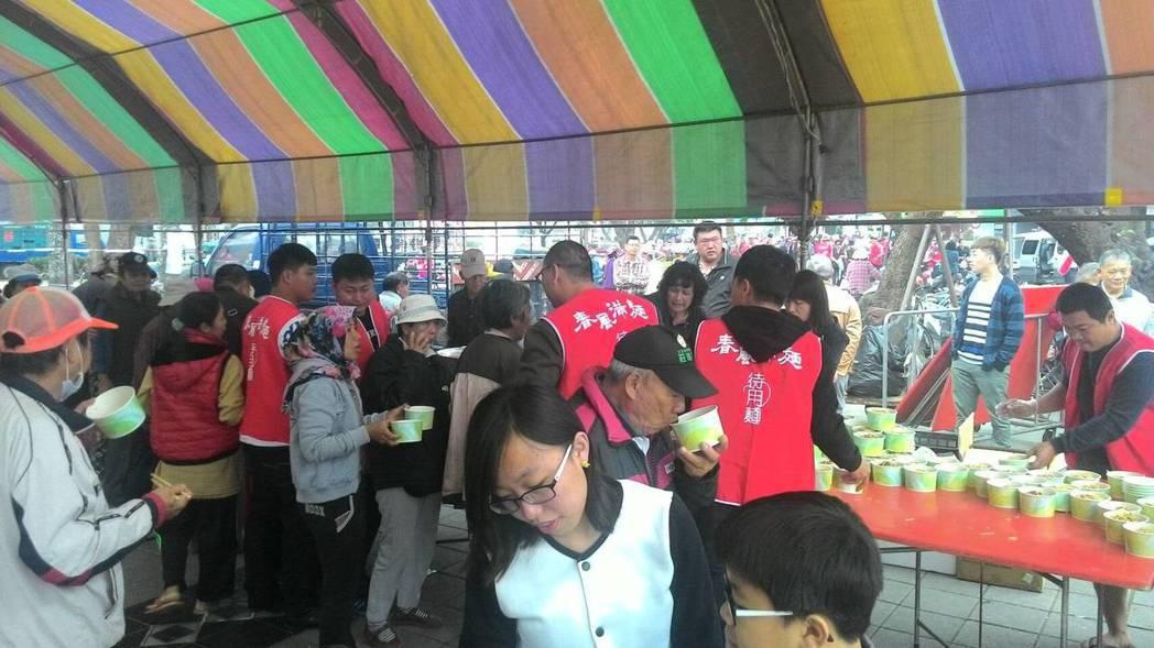 屏東春風滿麵在屏東公園席開50桌,邀請弱勢民眾來分享大家的愛心。記者林良齊/攝影