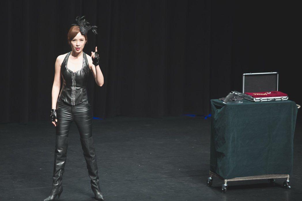天心在「魔幻對決」中飾演一名魔術師。圖/公視提供