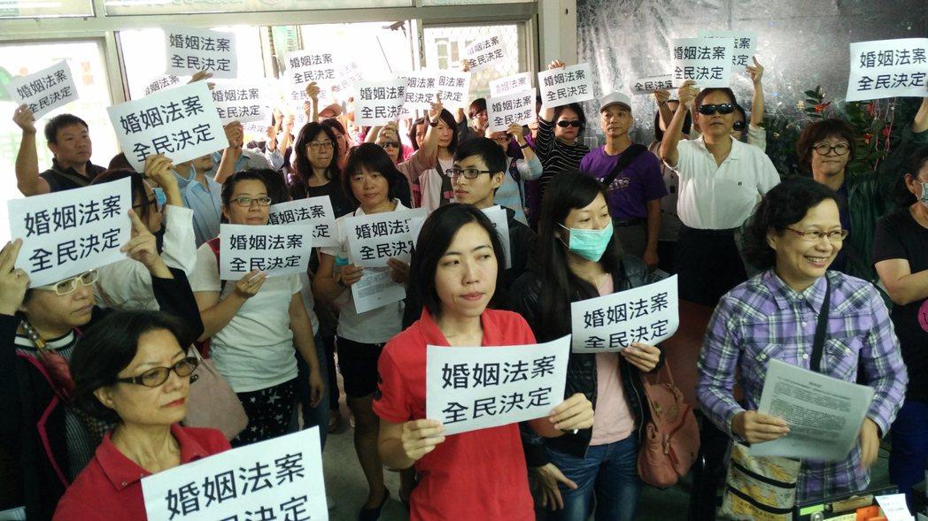 教會人士日前至立委王定宇服務處舉牌抗議。圖/台南安定力量聯盟提供