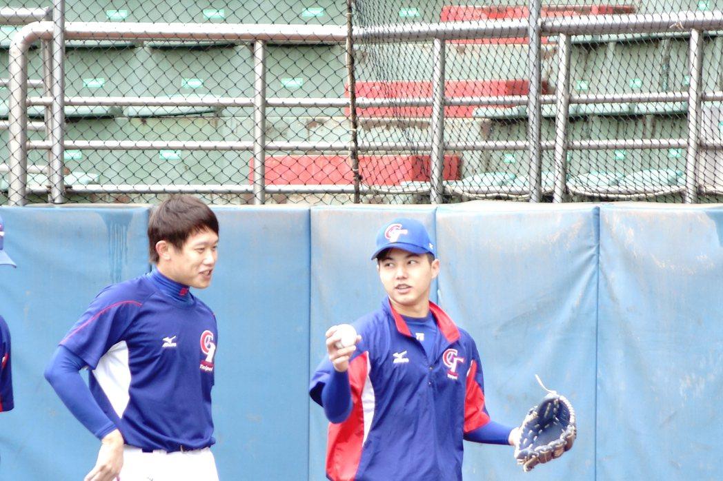 郭俊麟(右)復原狀況佳,預計年前可進牛棚。記者謝靜雯/攝影