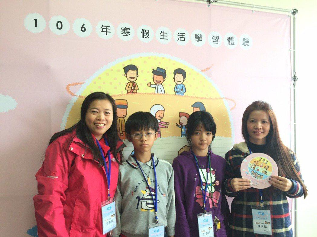 就讀中和國小5年級的許惠琇(右二)很期待和媽媽陳氏點(右一)、哥哥許富舜(左二)...