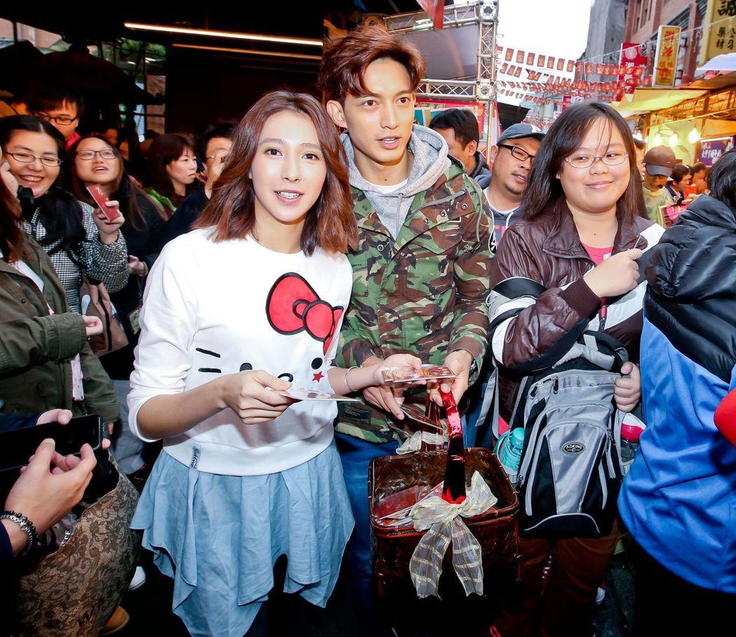 楊晴(左)、王家梁到迪化街發紅包為戲造勢。圖/中天提供