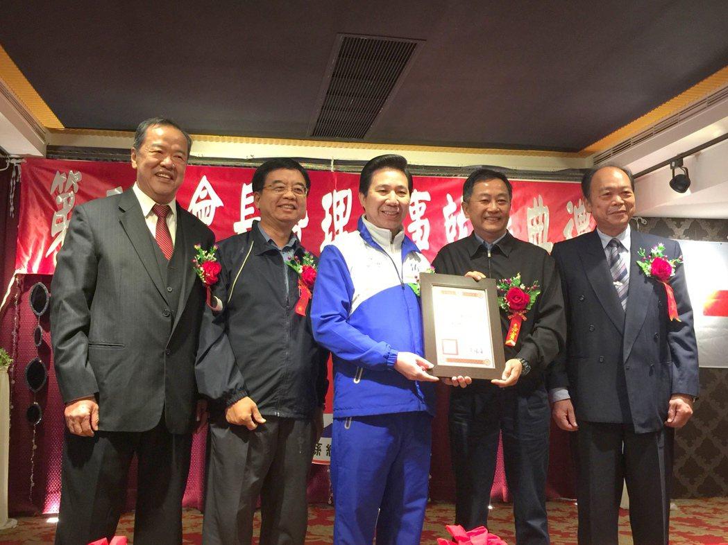金門縣長陳福海(左三)代表頒贈感謝狀給維他露公司,感謝他們長期對紅會的支持。記者...