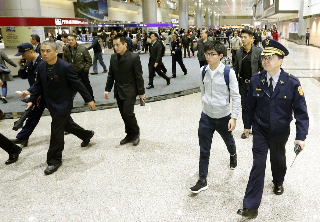香港眾志秘書長黃之鋒傍晚抵達桃園機場,這是黃之鋒本月第二次訪台,為防止堵人事件再...