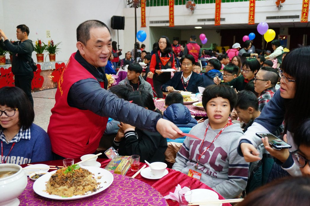 陳盈助(左2)親手逐桌發紅包。記者林伯驊/攝影