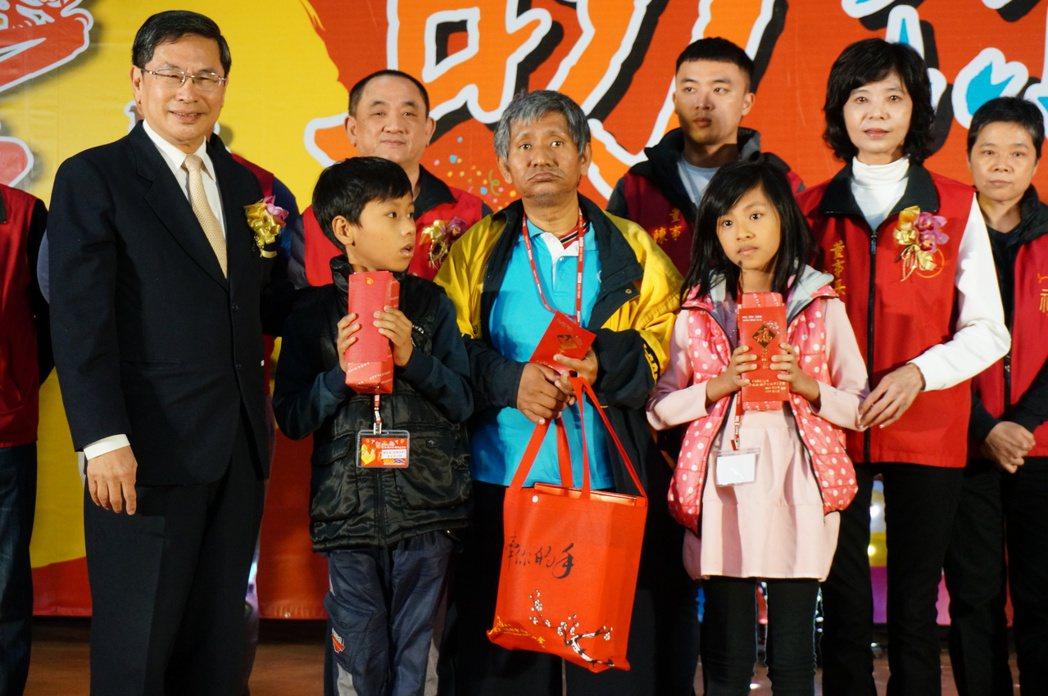 嘉市長涂醒哲協助送禮給受扶助戶代表。記者林伯驊/攝影