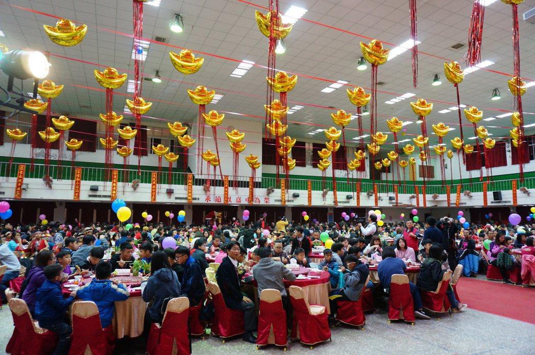 福添福社會福利基金會今晚在嘉中樹人堂辦圍爐餐會「助你幸福」,席開105桌。記者林...