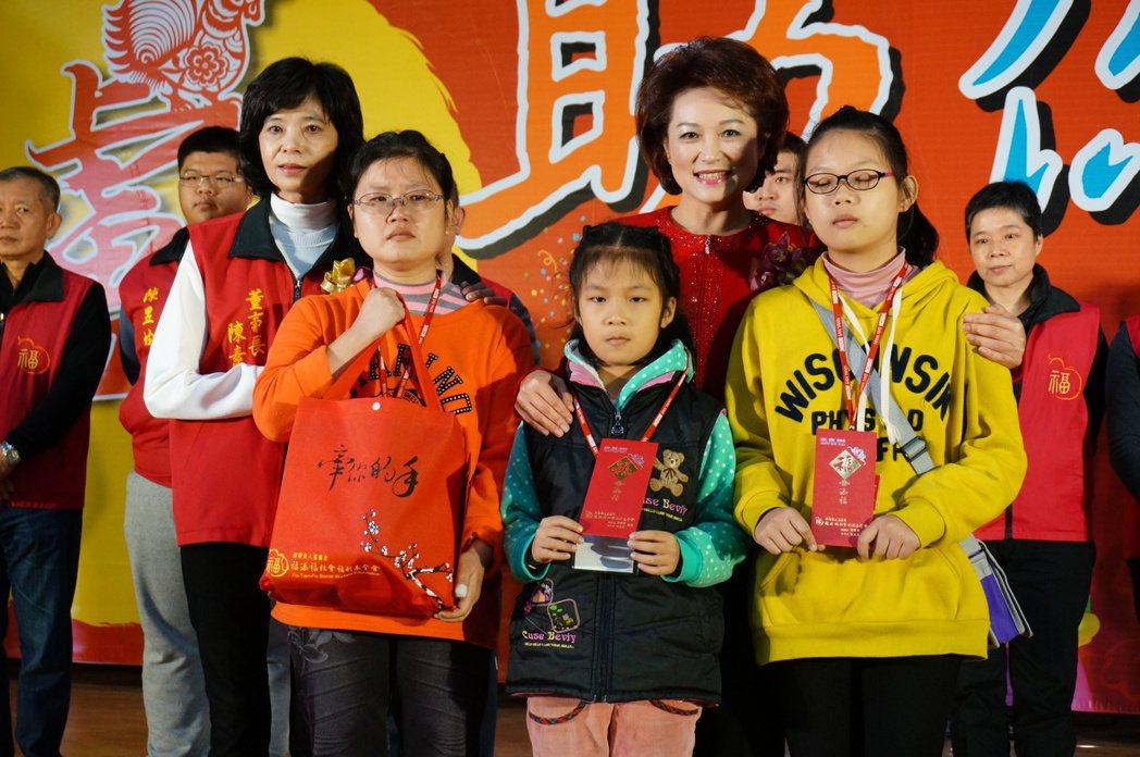 市議長蕭淑麗(右2)送禮給受扶助戶代表。記者林伯驊/攝影