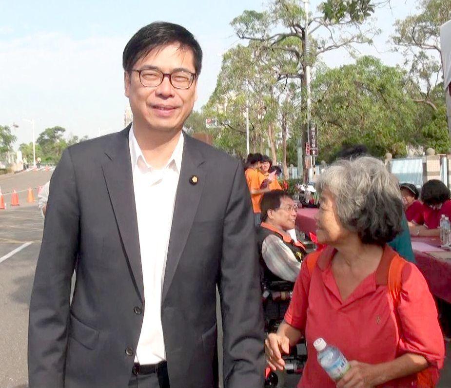 立委陳其邁(左)要爭取民進黨提名競選下一屆高雄市長,他對初選時「黨內團結和諧」的...