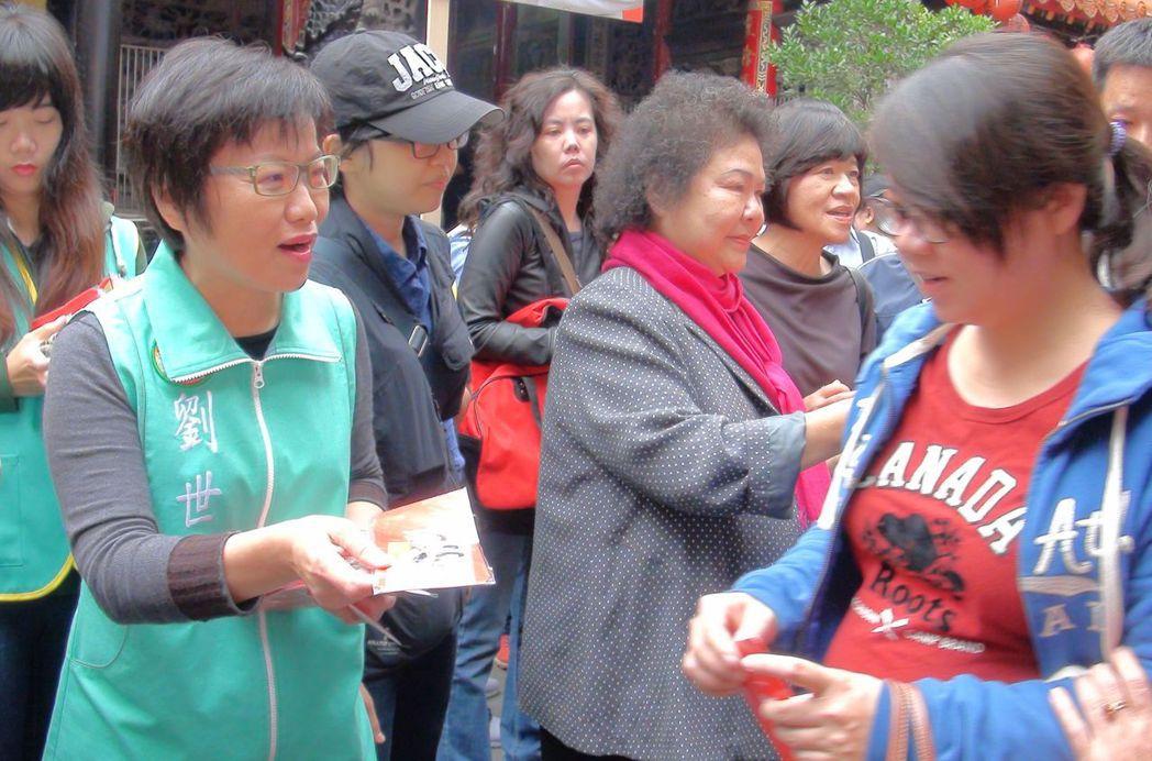 立委劉世芳(左一)被認為是高雄市長陳菊(左三)的接班人,她說那是外界的解讀。記者...