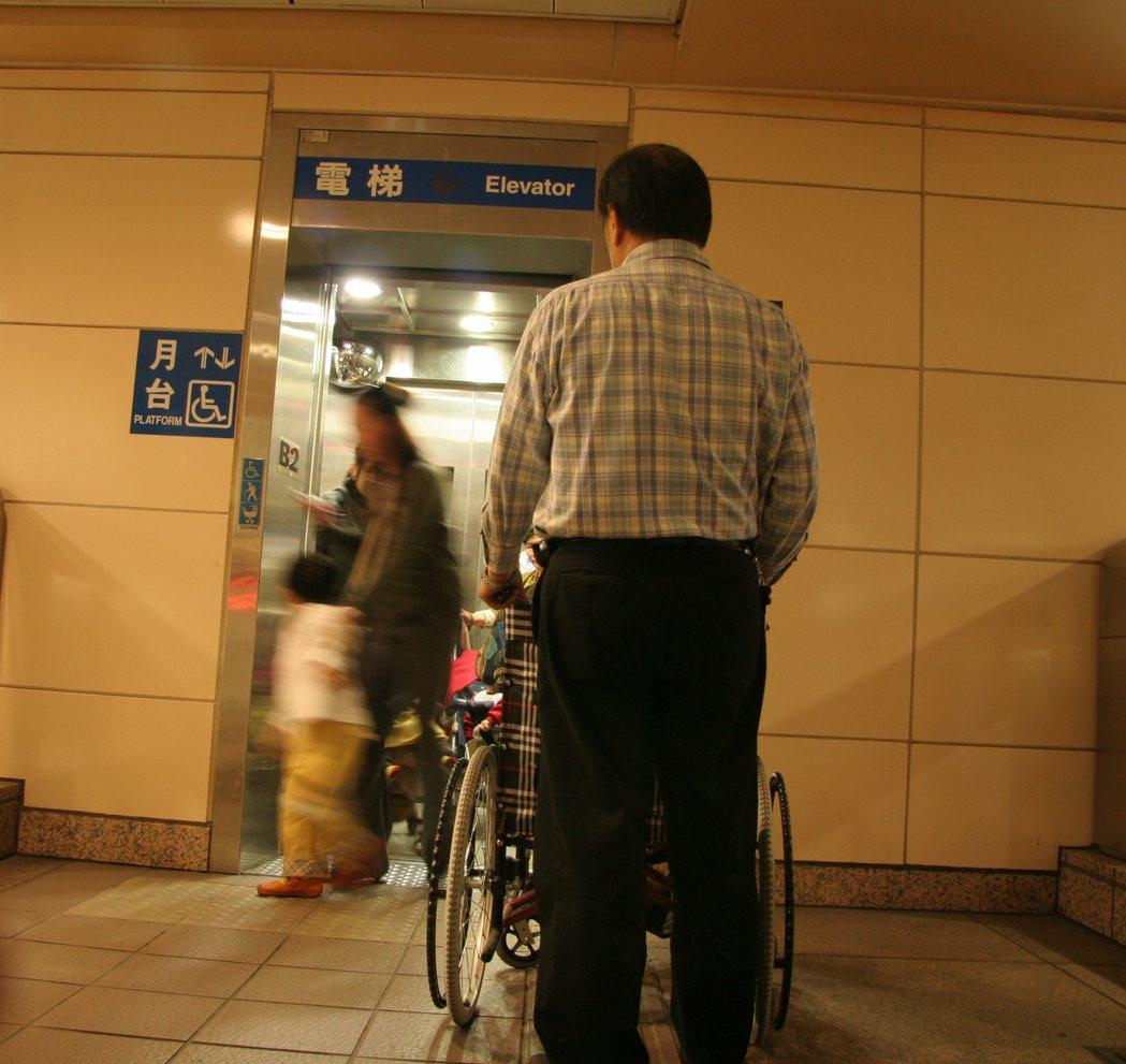 台北捷運自去年底,停止輪椅推送行動不便人士的貼心服務,往後行動不便的民眾要坐輪椅...
