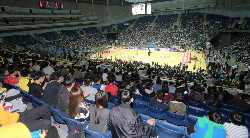 HBL男複賽壓軸的「綠色大戰」吸引上千球迷擠進高雄巨蛋。 記者劉學聖/攝影
