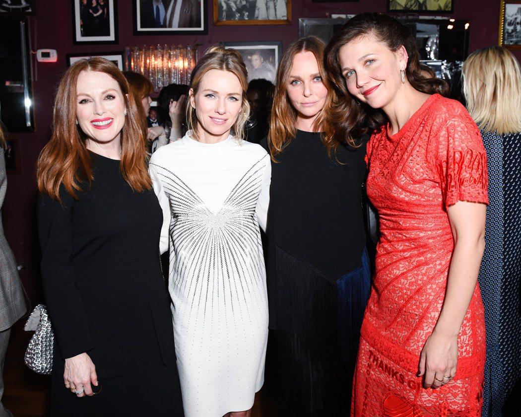 (左起)茱莉安摩爾、娜歐蜜華茲、設計師Stella McCartney和瑪姬葛倫...