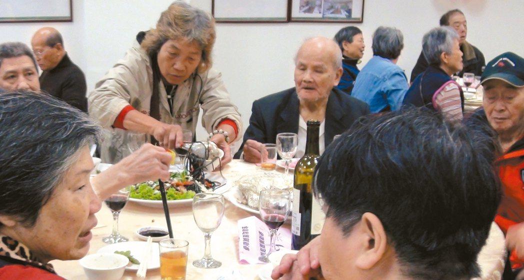 萬華老人服務中心圍爐大改常見的年節菜餚,不僅少油鹽,更將肥肉換成魚片、增添色彩鮮...