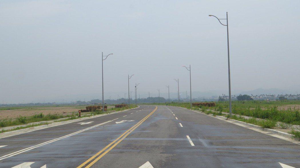 全台工業區用地有七百廿四公頃閒置面積,經濟部工業局放出絕招,將修法新增強制以「原...