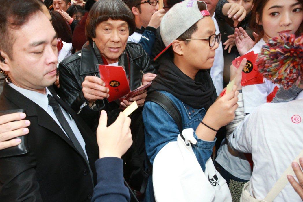 電影「大釣哥」導演黃朝亮、演員楊貴媚、豬哥亮、藍正龍、謝沛恩,下午前往台北年貨大...